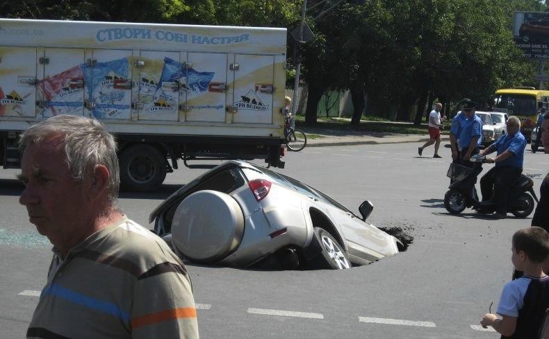 Попал в люк на дороге