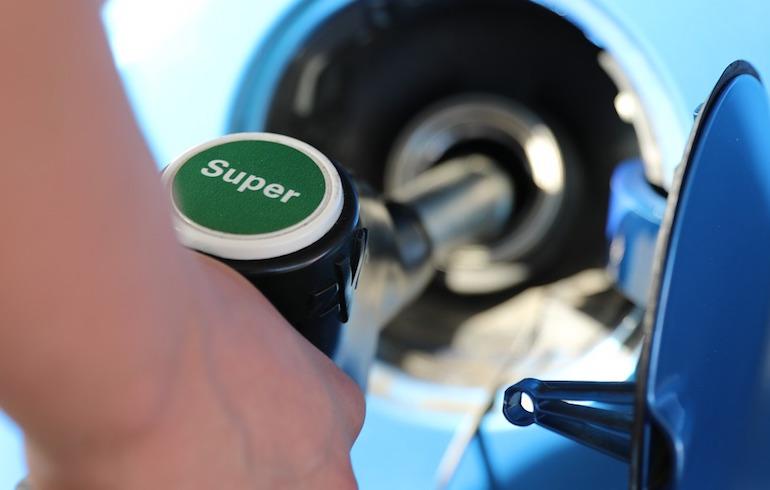 Почему в машине пахнет бензином1