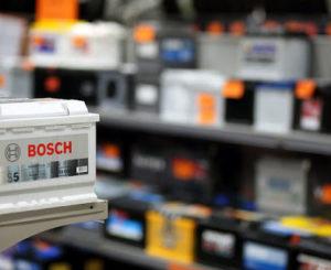 Необходимо ли откручивать пробки при зарядке аккумулятора?
